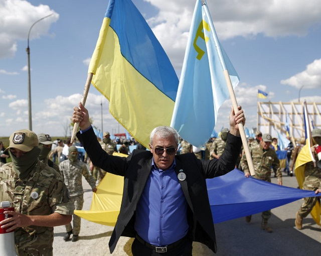 Шоу на границе с Крымом: «На колени перед Украиной»