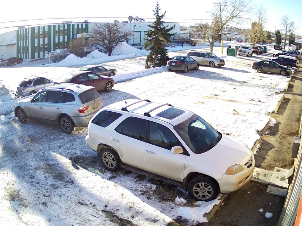 Видеофакт: женщина на BMW пять минут пытается выехать с парковки