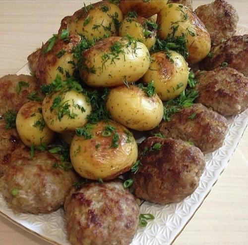 Котлетки из говядины и картошечка в мундире.