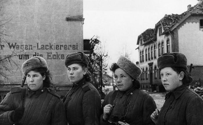 Советские женщины-снайперы. …