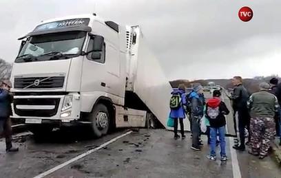 В Приморье под большегрузом рухнул автомобильный мост. Видео
