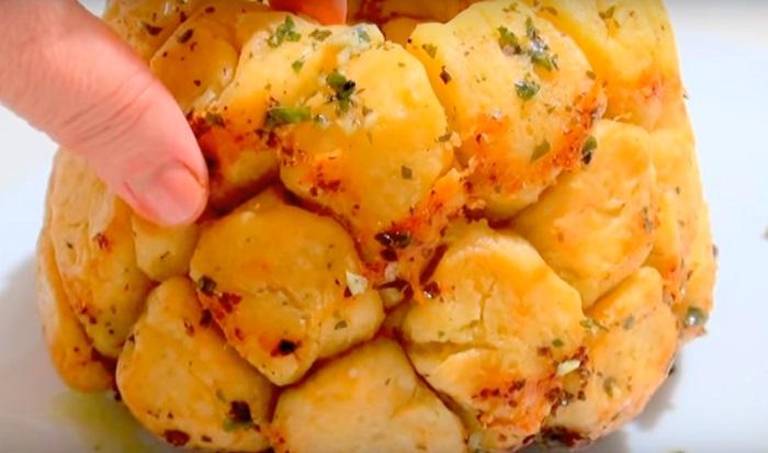 «Обезьяний» хлеб с сыром и чесноком