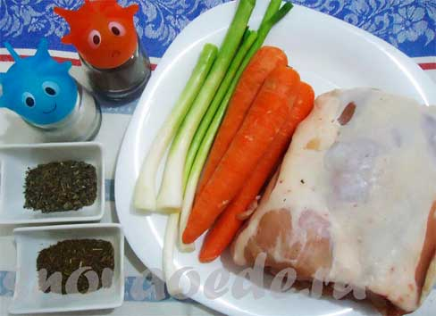 Рулет из свинины с морковью