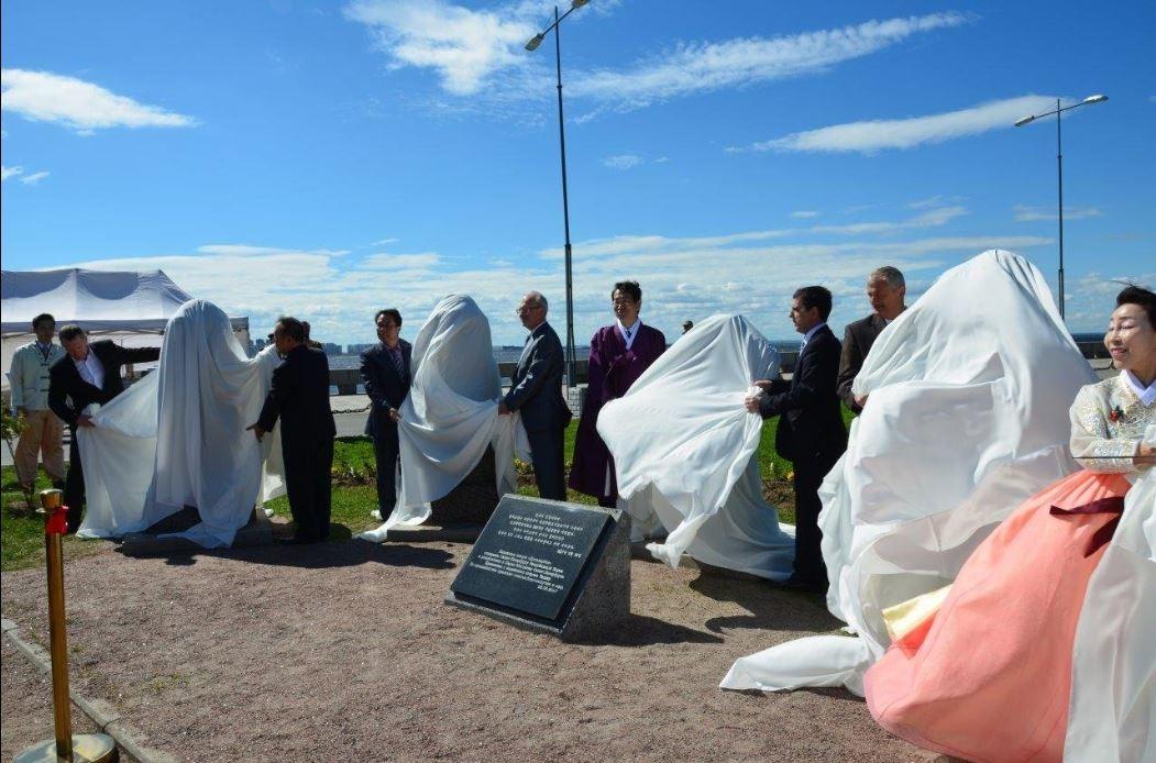 В Петербурге в Парке 300-летия появились идолы «Дольхарбан» из вулканической пыли