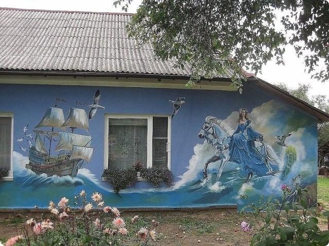 Дом в Калининградской области. Не поверите, но его расписала девочка-подросток!