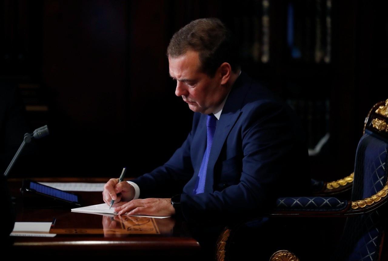 Медведев поддержал идею брать пошлину с дешёвых посылок. И привлекательные цены на Алиэкспрессе уже будут не такими завлекающими