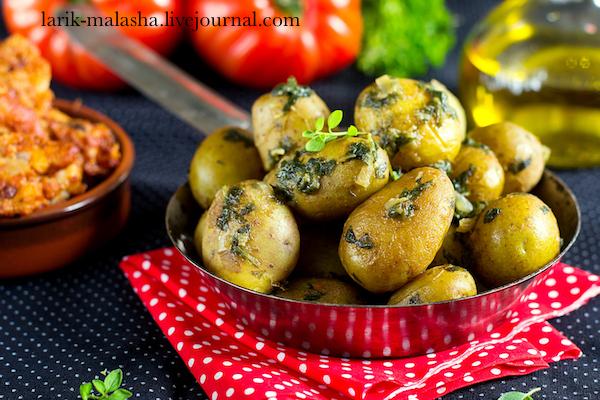 Тушеный молодой картофель с петрушкой