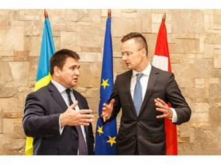 Украину поприжали уже с двух сторон?