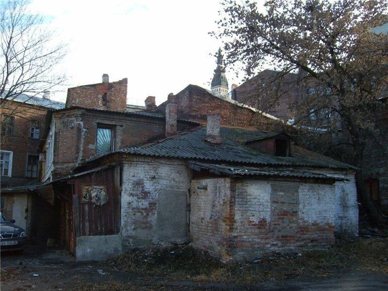 Примечательно, что в большинстве этих зданий живут люди города, города украины, нищета, обратная сторона, разруха, трущобы, украина