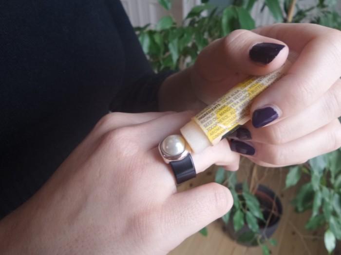 Бальзам для губ отлично помогает снять застрявшие кольца. /Фото: fanpage.gr