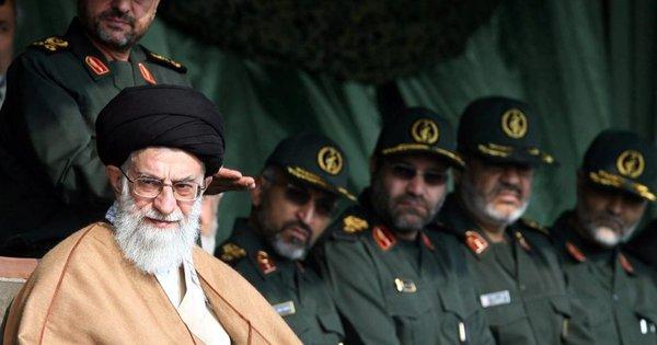 Руководитель Ирана аятолла Али Хаменеи с иранскими военнослужащими