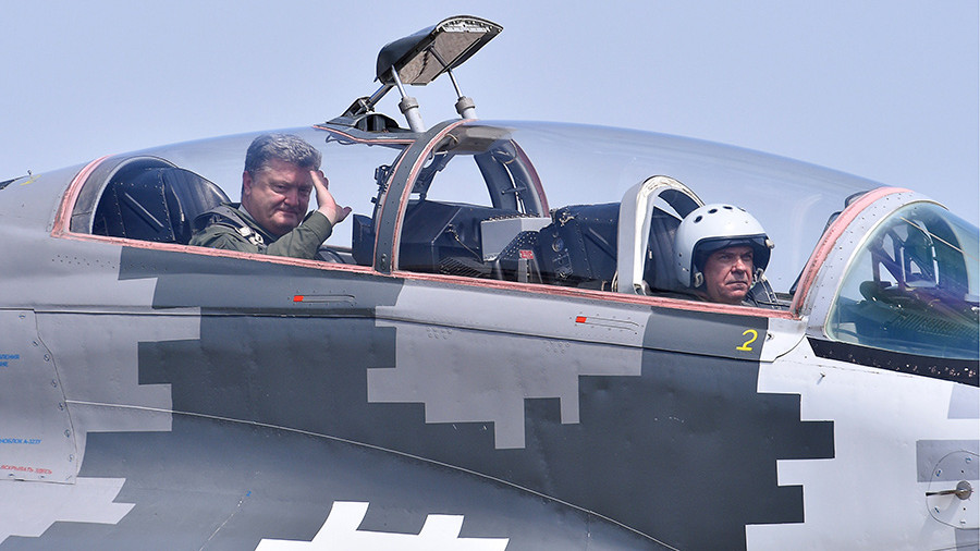 Пользователи соцсетей высмеяли Порошенко за полет на МиГ-29