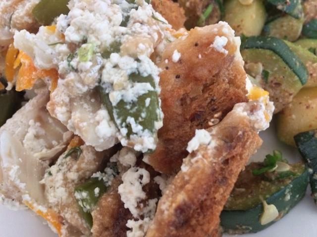 Похвастушки Две в Одной: Рыба в сливочном соусе под крутоновой шубой с жареными с чесноком и орехами кабачками