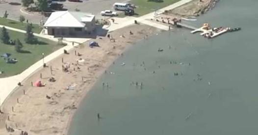Стоя по пояс в воде мужчина почувствовал удар. Через несколько секунд он увидел ногу маленького ребёнка