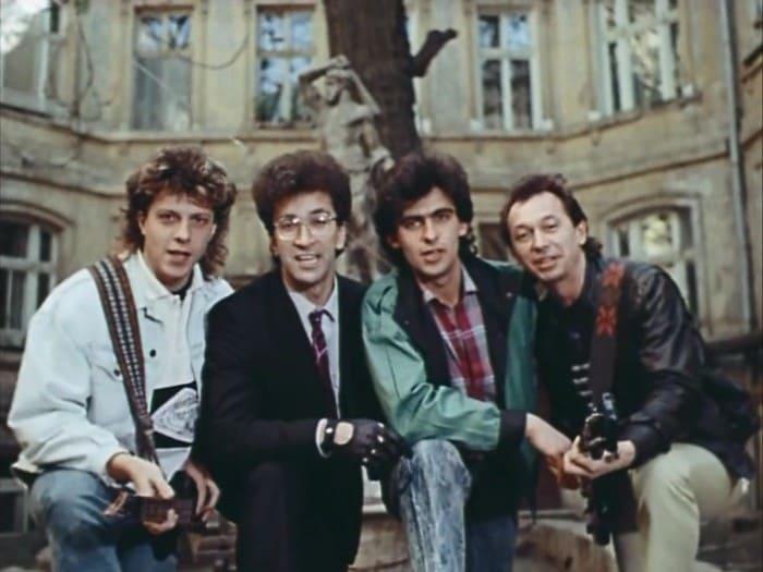 *Веселые ребята* в фильме *Приморский бульвар*, 1988 | Фото: kino-teatr.ru