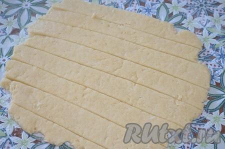 Остальное тесто тонко раскатайте и нарежьте полосками.