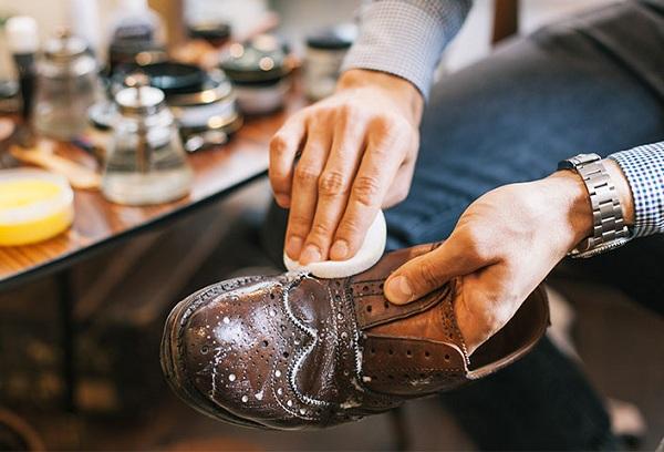 Как правильно почистить обувь из кожи?