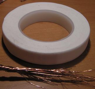 Можно обмотать белой флористической лентой, проволокой виток к витку, или нитками мулине.