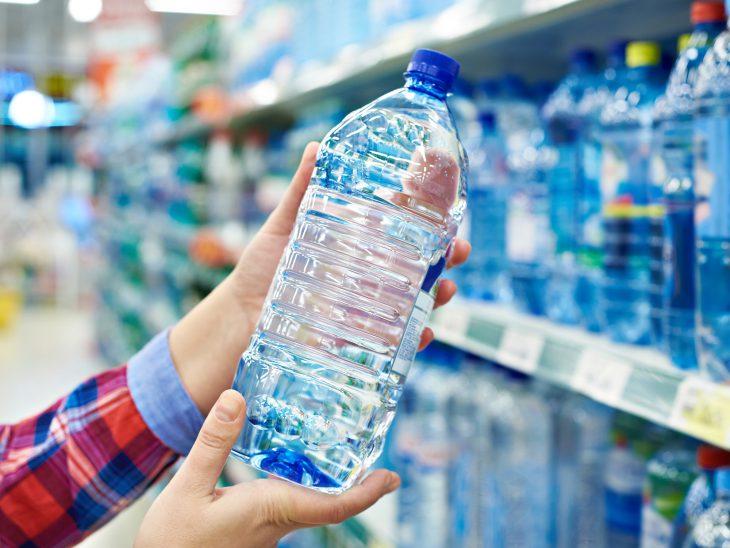 Хотел купить воду за 18 рублей, а кассирша покосилась на меня и спрашивает…