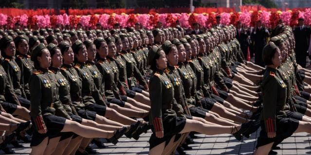 Корейские девушки промаршировали перед Ким Чен Ыном в мини-юбках на военном параде