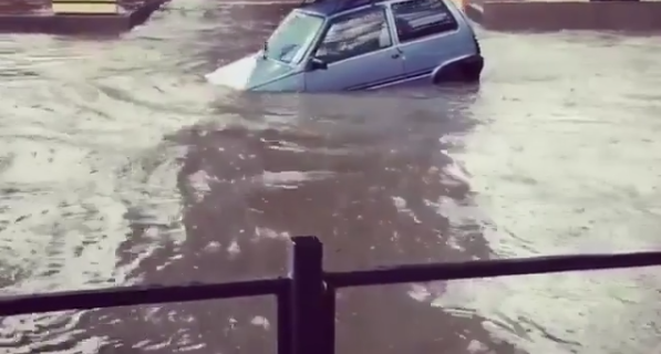 """В Сети обсуждают видео плывущей """"Оки"""" в Адлере после потопа"""