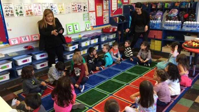 Воспитатель занимается с детьми.
