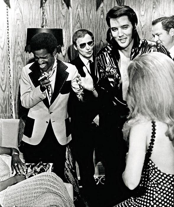 Элвис в гримерке после концерта в International Hotel в Лас-Вегасе.