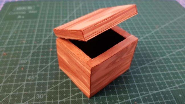 Картонная коробка, оклеенная шпоном