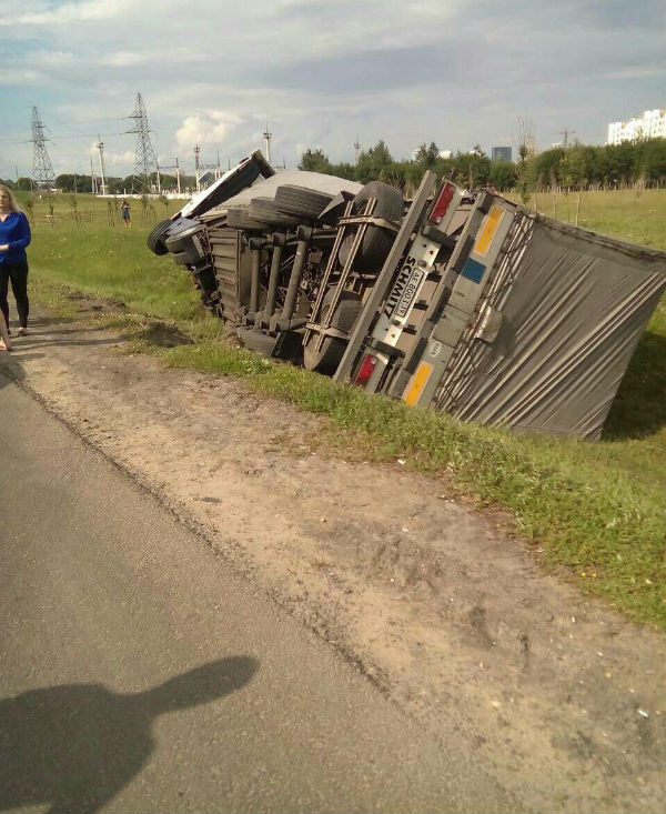 На МКАД дальнобойщик умер за рулем, его грузовик опрокинулся в кювет