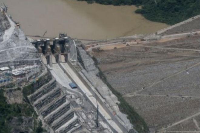 Случайные видеокадры прорыва плотины в Колумбии