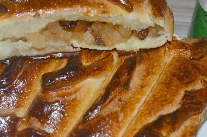Дрожжевой пирог с яблоками и изюмом