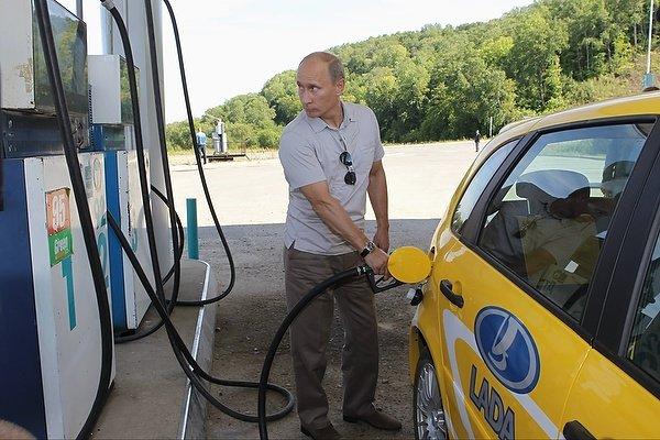 Путин объяснил, почему в России дорожает бензин
