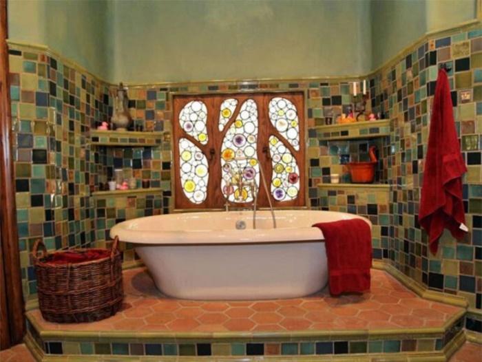 Вот так преобразилась ванная комната после грандиозной реставрации 2015 г. (The Witch's House, Лос-Анджелес). | Фото: lastmovieoutpost.com.