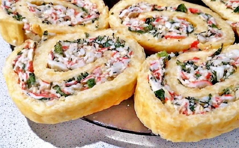 Сырный рулет с крабовыми палочками и яйцом: вкусная и красивая закуска