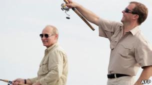 Дмитрий Медведев и Владимир Путин на рыбалке в астраханских плавнях