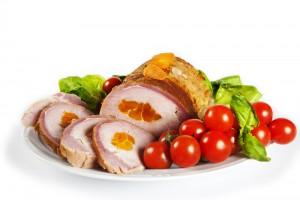 Запеченное мясо с курагой и беконом