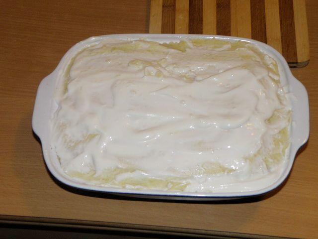 Смазываем сметаной. пошаговое фото приготовления картофельной запеканки с фаршем