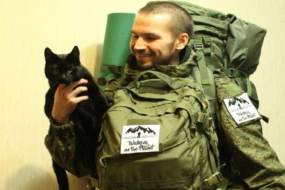 29-летний парень вместе с котом идет пешком из Мурманска во Владивосток