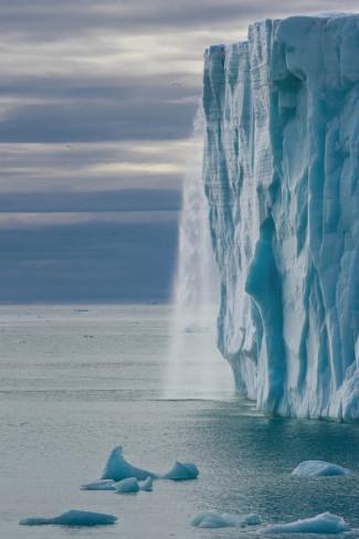 Огромные водопады в ледниках заповедника Свальбард