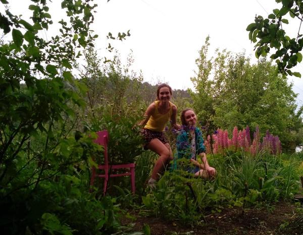 """а вот и мы с сестрой Лялей. Куст пионов еще не расцвел, но уже вымахал - мы сделали ему """"держатель"""" из старого стула с прогнившим сиденьем, найденного на чердаке в деревне у бабушки"""