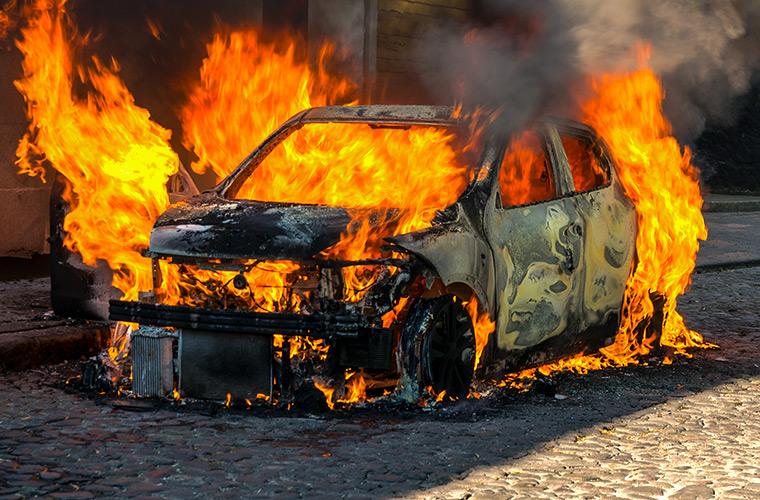 Калининградец попытался сдать в металлолом догорающий кузов BMW
