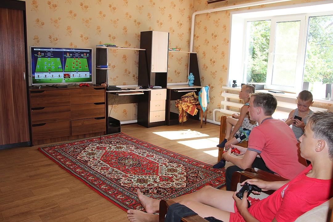 Как здорово всем вместе поиграть в футбол Фото: Алена Андрианова