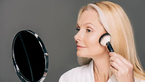 Тест редакции: как сделать идеальный макияж и маникюр, если у вас плохое зрение