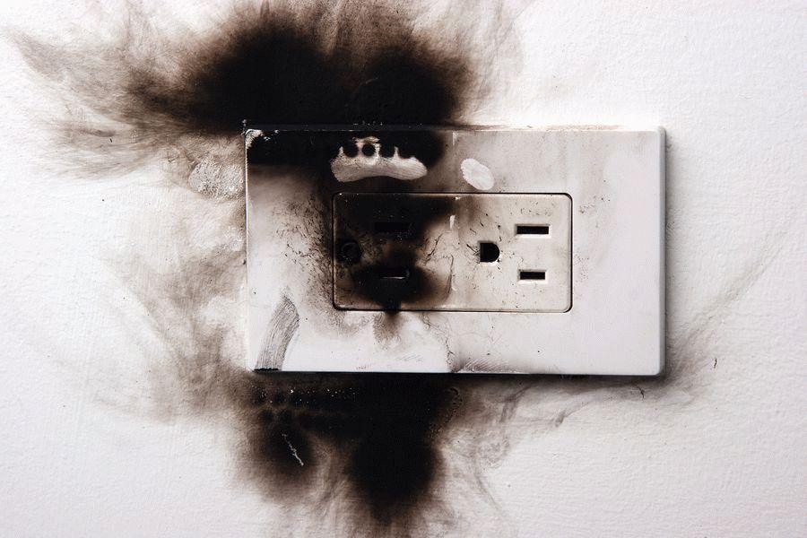 Можно ли оставлять в розетке зарядное устройство?