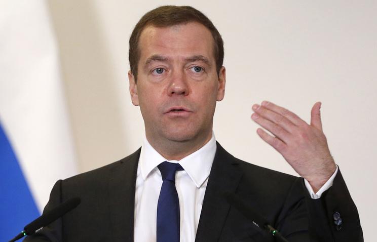 Медведев поручил повысить МРОТ до прожиточного минимума