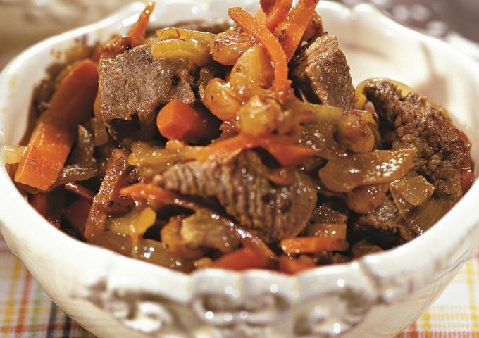 Мясо тушенное с изюмом в мультиварке