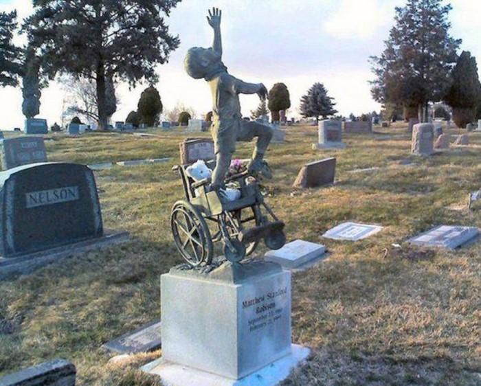 10-летний мальчик умер во сне. Теперь на его могилу ежегодно приезжают миллионы!