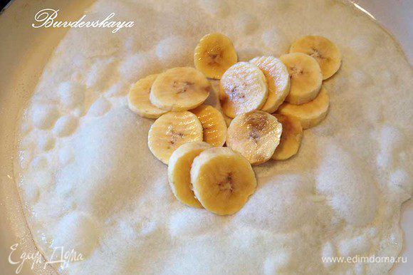 Бананы нарезать кружочками и выложить на центр блина.