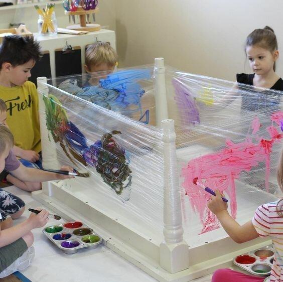 Дети любят рисовать, но просто сесть за стол с листом бумаги это скучно. Придумайте что-то креативное и дети не будут вам мешать. Вот перевернутый стол и пленка Фабрика идей, гениально, дети, занятие, интересное, родители, увлечение