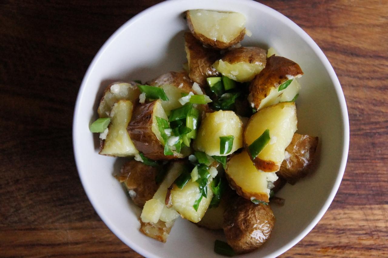 Картофель с зеленым луком и чесноком